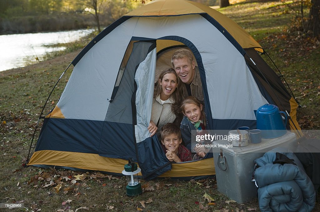 Family sitting in tent : Stockfoto