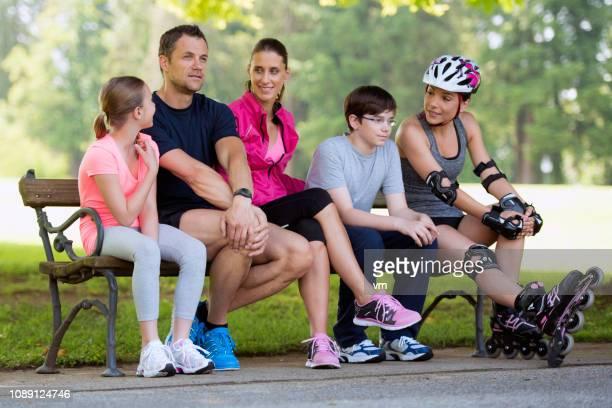 família, sentado em um banco no parque e falar - aunt - fotografias e filmes do acervo