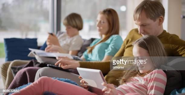 Famille assis sur le canapé et regarder la télévision