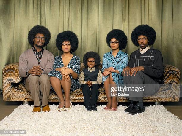 family sitting on sofa, smiling, portrait - mamie humour photos et images de collection