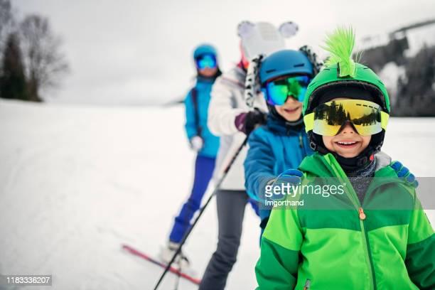 冬の日に一緒に家族スキー - スキー旅行 ストックフォトと画像