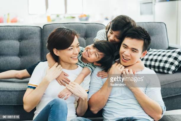 famiglia trascorri del tempo insieme - asia foto e immagini stock