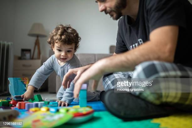 家族は自宅で一緒に面白い時間を過ごす - セルビア ストックフォトと画像
