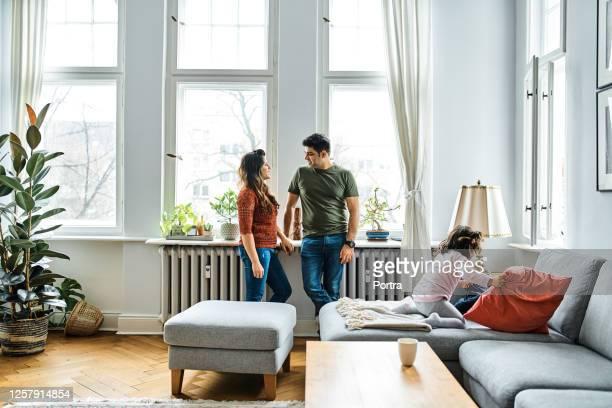 自宅で余暇を過ごす家族 - 暖房用ラジエーター ストックフォトと画像