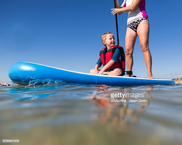 family stand up paddleboarding on the isle of wight. - s0ulsurfing stockfoto's en -beelden