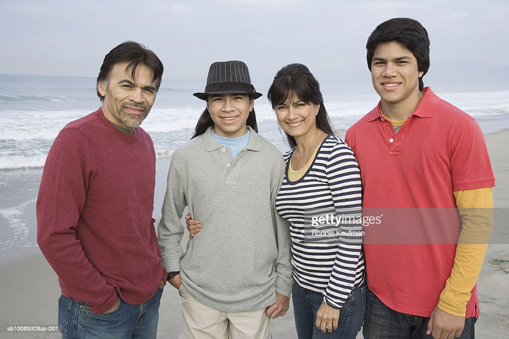 Family standing on beach, portrait, smiling : Foto stock