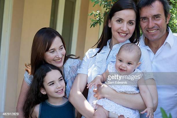 屋外に立って微笑む家族