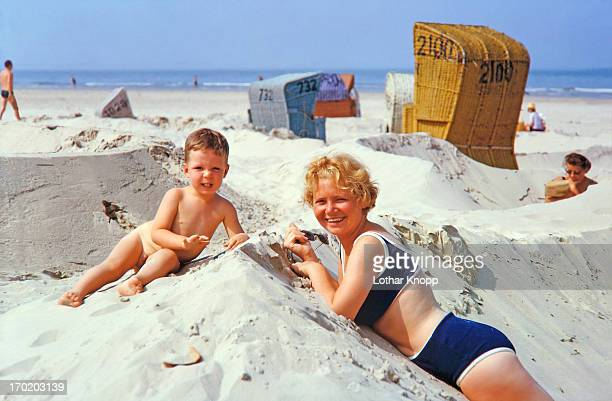 family summer vacations, northsea 1964 - archivmaterial stock-fotos und bilder