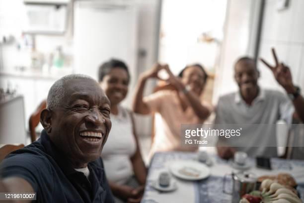 家人在餐桌上自拍 - 巴西文化 個照片及圖片檔