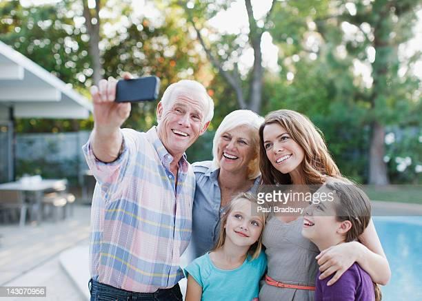 Famille prenant une photo d'eux-mêmes en plein air