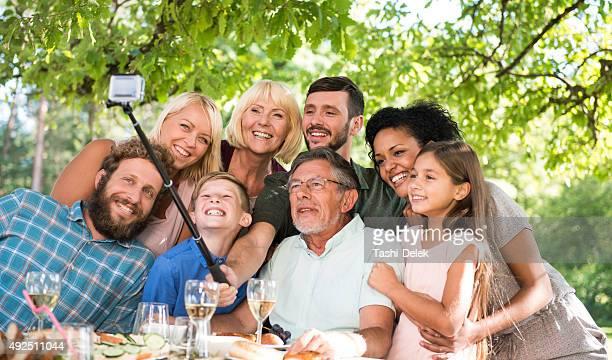Famille prenant une autophoto