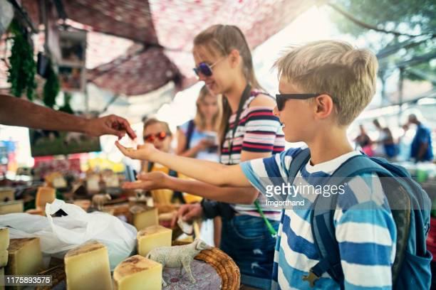 農家の市場で伝統的なスペインのチーズを味わう家族 - ミノルカ ストックフォトと画像