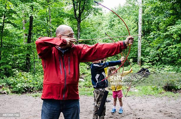 Famille jeter des flèches à la cible