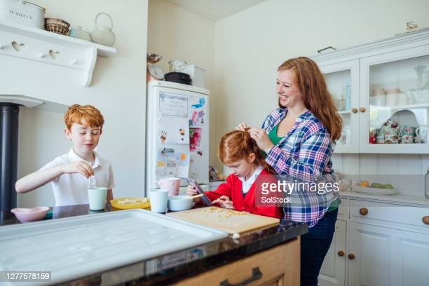 family time before school - single mother stock pictures, royalty-free photos & images