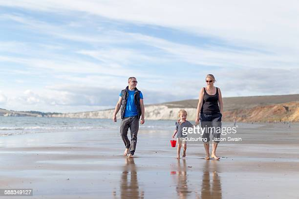 family time, compton bay, isle of wight - s0ulsurfing stock pictures, royalty-free photos & images