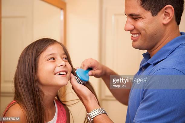 Zeit für die Familie! Ein Vater Tochter Haare bürsten die im Badezimmer.