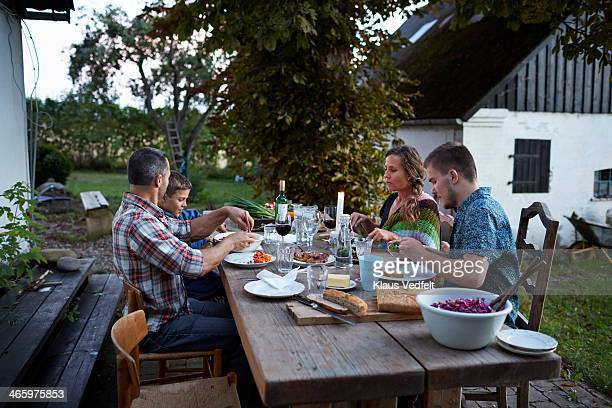 family toasting at outside dinner table - dinamarca imagens e fotografias de stock