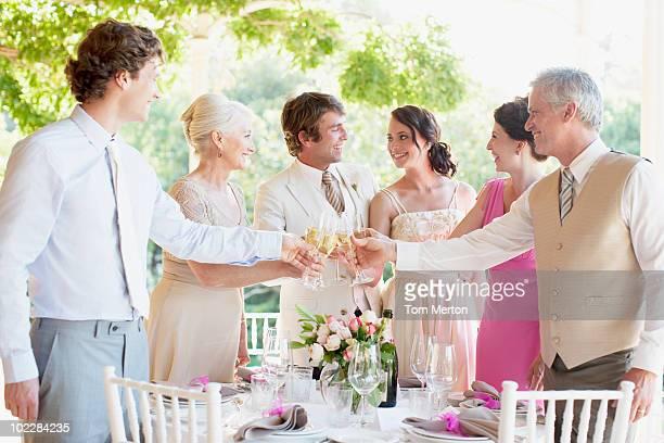 famille portant un toast à une réception de mariage - invité photos et images de collection