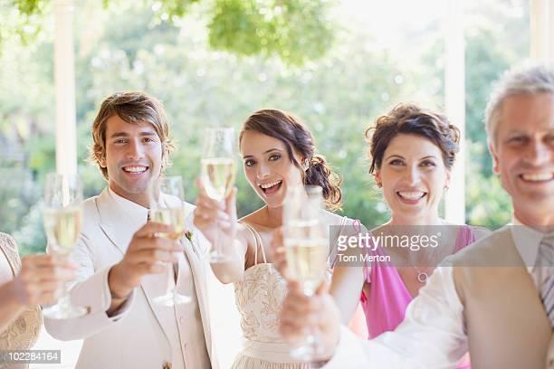 ご家族での乾杯シャンパンで結婚披露宴