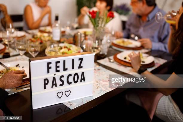 família reunida celebrando a páscoa - feliz páscoa - easter family - fotografias e filmes do acervo