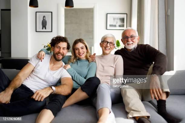 familie samen - volwassen nageslacht stockfoto's en -beelden