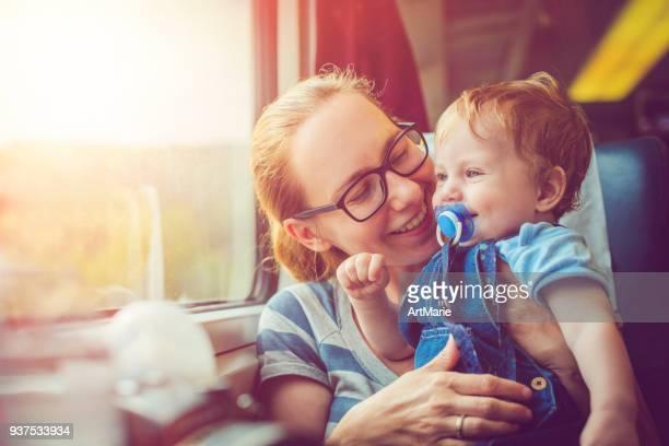 familie reizen met de trein - trein stockfoto's en -beelden