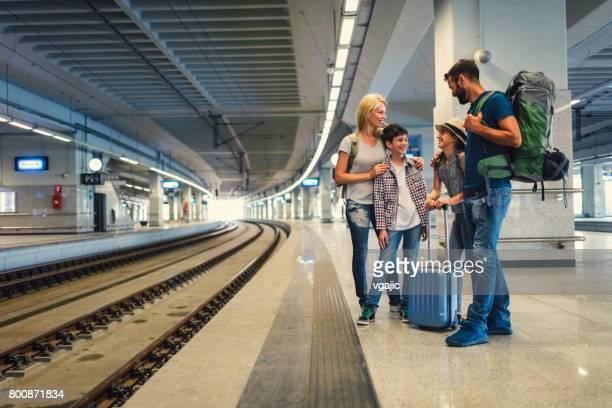 família viajando de trem juntos - estação - fotografias e filmes do acervo