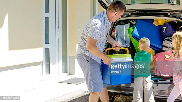 Familie, die mit dem Auto anreisen, um Ihren Urlaub