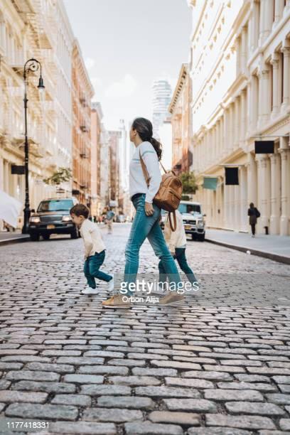 ニューヨークソーホーを旅行する家族 - ニューヨーク ソーホー ストックフォトと画像