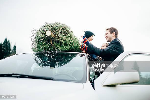 Familie Weihnachtsbaum zu binden Auto