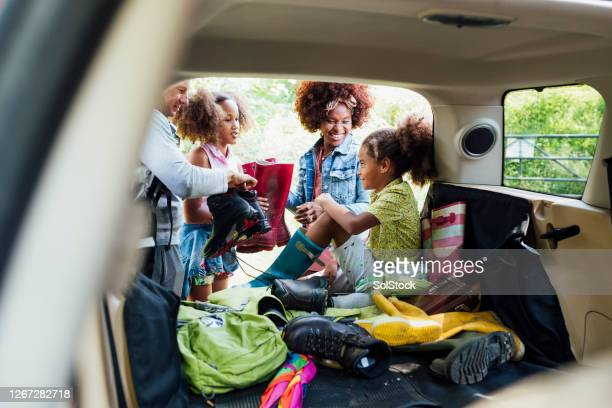 family unpacking the car - car stock pictures, royalty-free photos & images