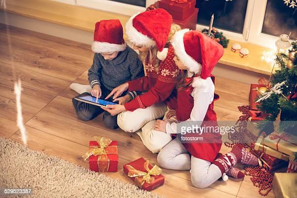 Família usando tablet digital no Natal/festas