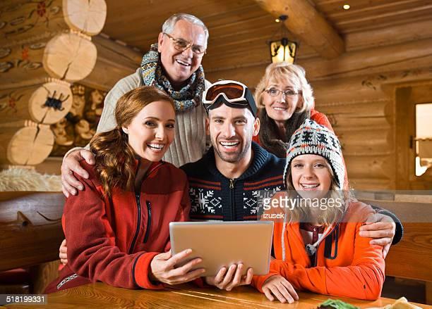 familia usando tableta digital - izusek fotografías e imágenes de stock