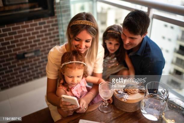 gezin met mobiel thuis - mobile stockfoto's en -beelden