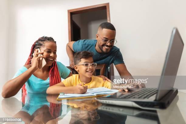 família usando a tecnologia moderna - afro - fotografias e filmes do acervo