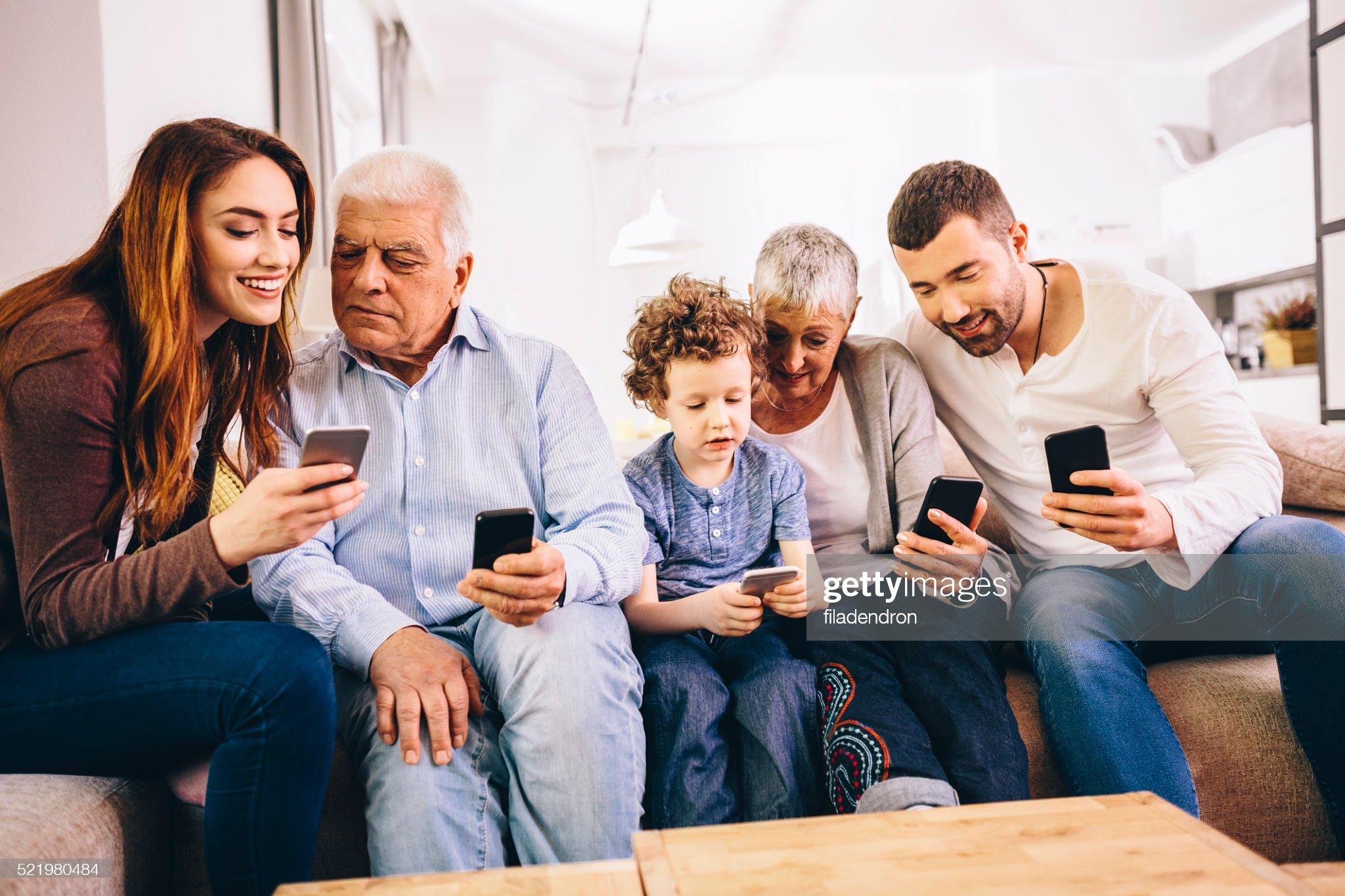 Família usando smartphones : Foto de stock