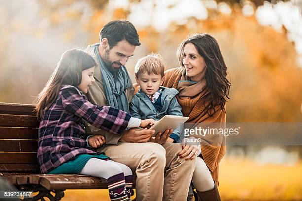 Familie mit touchpad im Herbst.