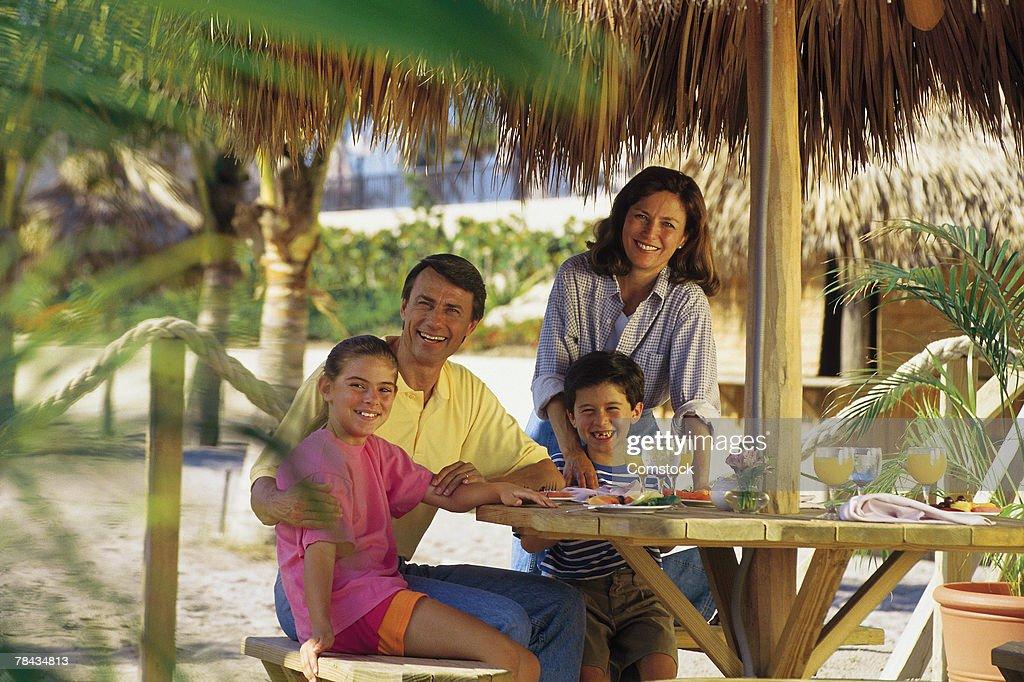 Family vacationing at tropical resort : Stockfoto