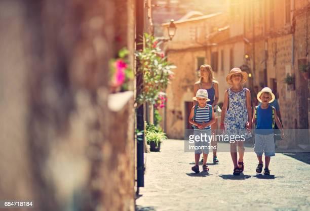 Familia visitando la ciudad mediterránea de Valldemossa, Mallorca, España.