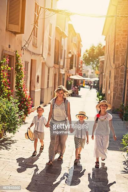 Familie Besuch der mediterranen Stadt.