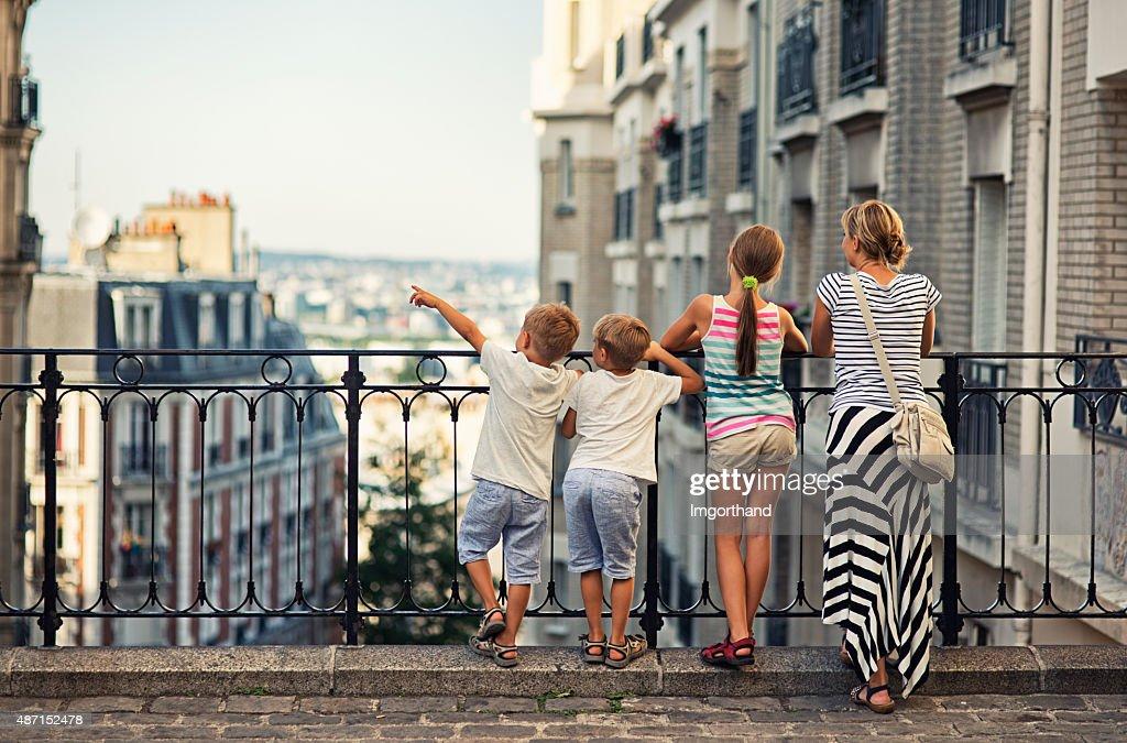 Family visiting Paris, Montmartre : Stockfoto