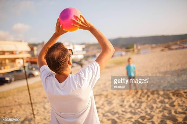 mit ihrer familie volleyball am strand - strandvolleyball spielerin stock-fotos und bilder