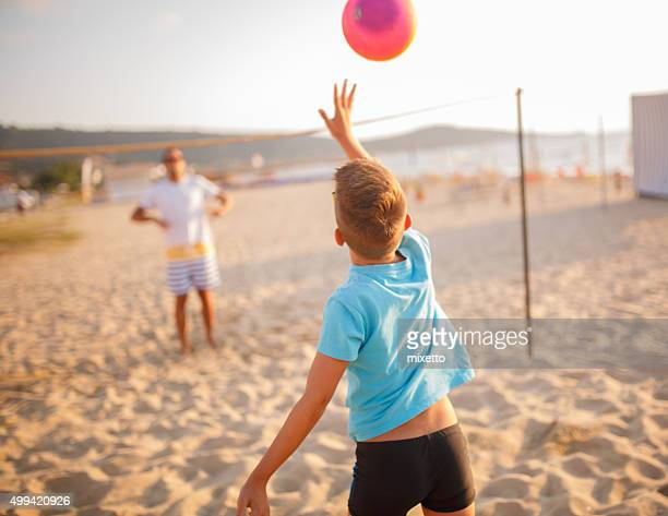 family volleyball on beach - beachvolleybal stockfoto's en -beelden