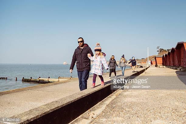 family walk along the coast - insel wight stock-fotos und bilder