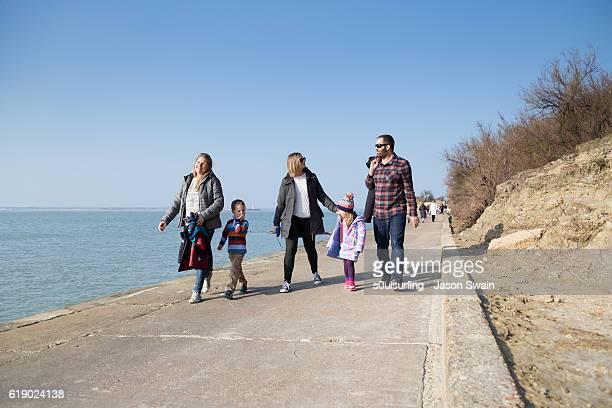 family walk along the coast - s0ulsurfing stock-fotos und bilder