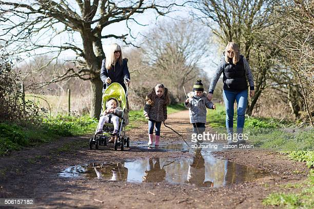 a family walk along the river yar, isle of wight - s0ulsurfing stock pictures, royalty-free photos & images