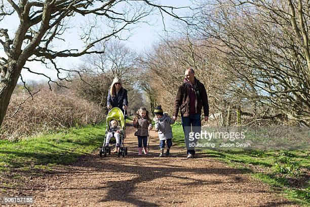 a family walk along the river yar, isle of wight - s0ulsurfing foto e immagini stock