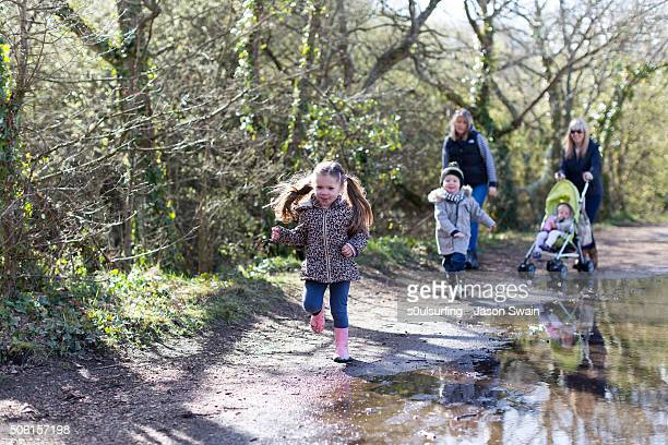 a family walk along the river yar, isle of wight - s0ulsurfing stock-fotos und bilder