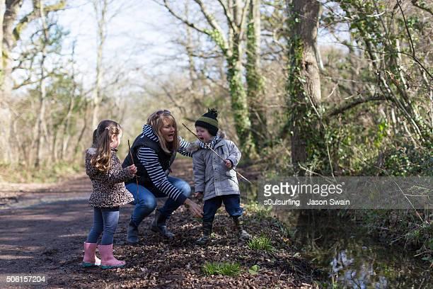 a family walk along the river yar, isle of wight - s0ulsurfing stockfoto's en -beelden