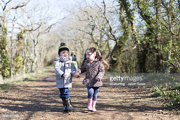 a family walk along the river yar, isle of wight - s0ulsurfing photos et images de collection